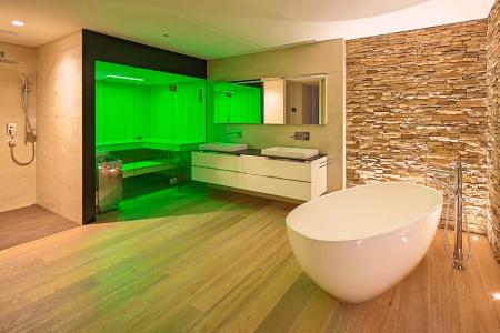 Neues Badezimmer mit Dusche, WC und freistehender Badewanne.