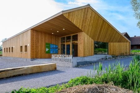 moderner Kulturzentrum-Bau mit einer Holzfassade