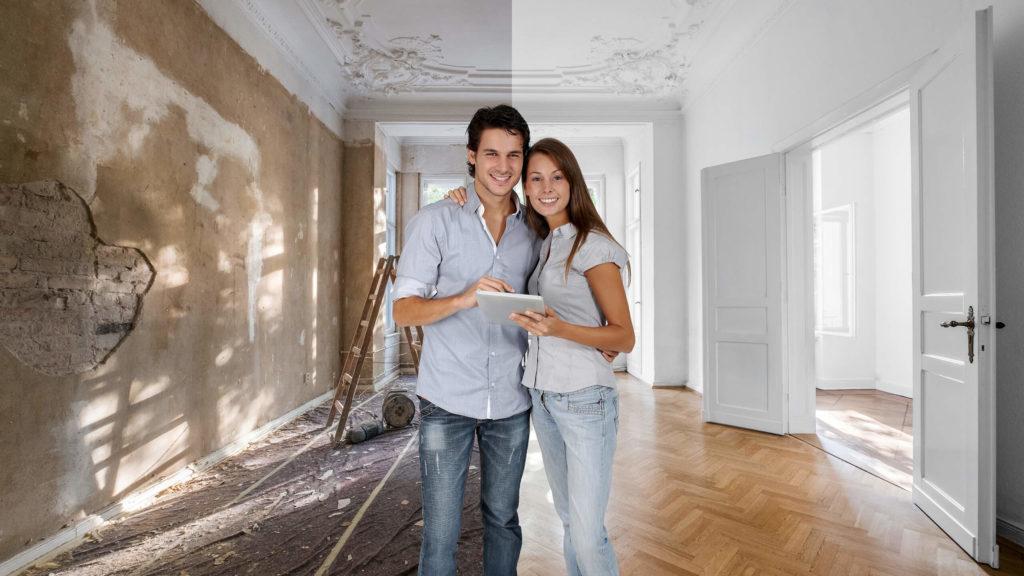 glückliches Paar bei der Bauplanung