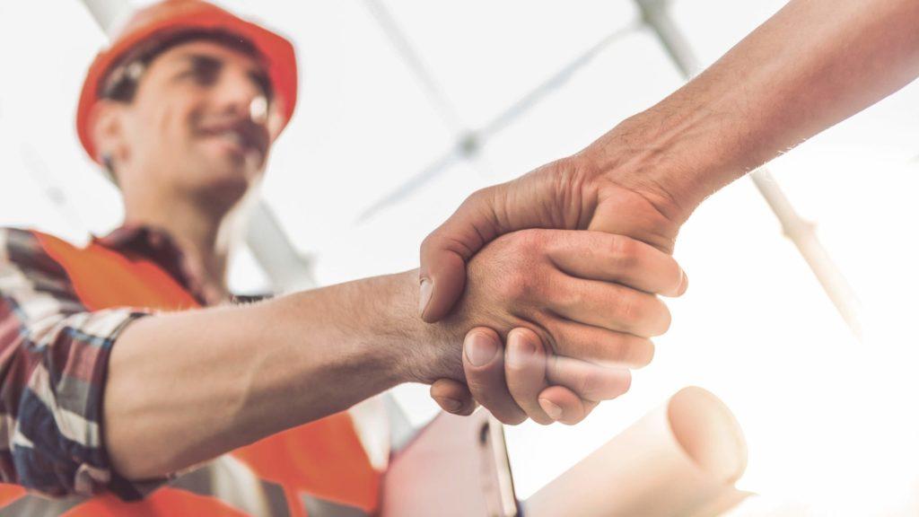 Bauherr und Handwerker geben sich die Hand